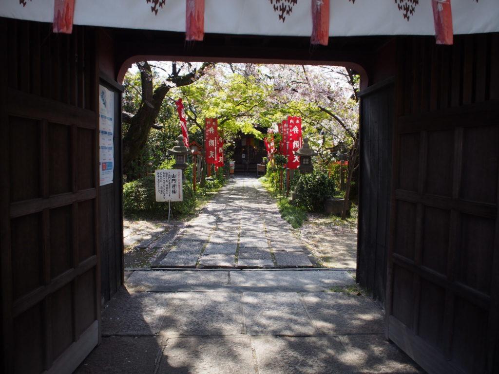 山門から見た長建寺の風景