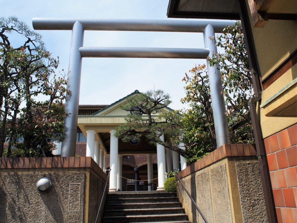 銀色の鳥居の間から見える拝殿