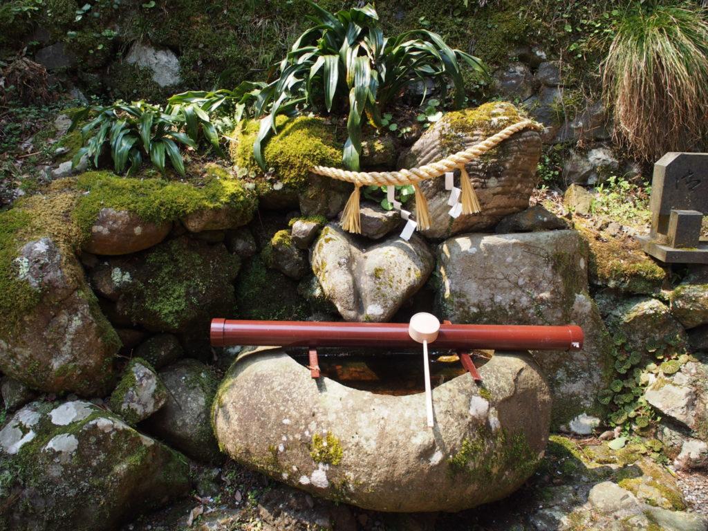 ハートの形に見える手水舎の石