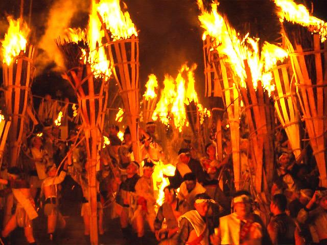 鞍馬の火祭の松明をかつぐ人々の様子 ※HPより