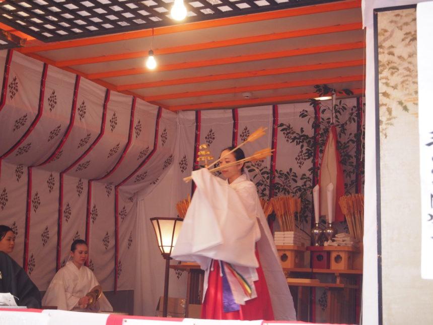 神楽舞を舞う巫女さん