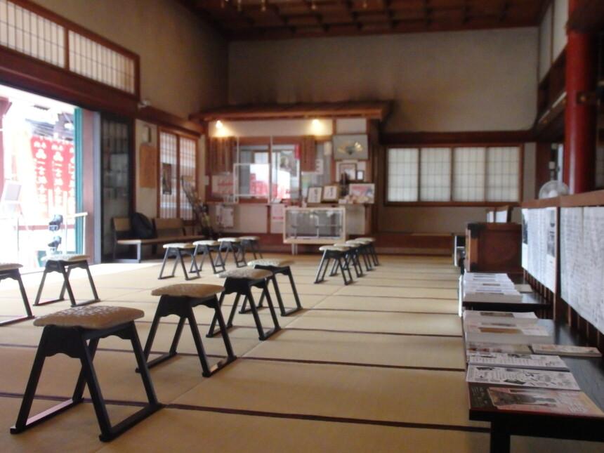 誓願寺のお堂内は静かで心落ち着く場所