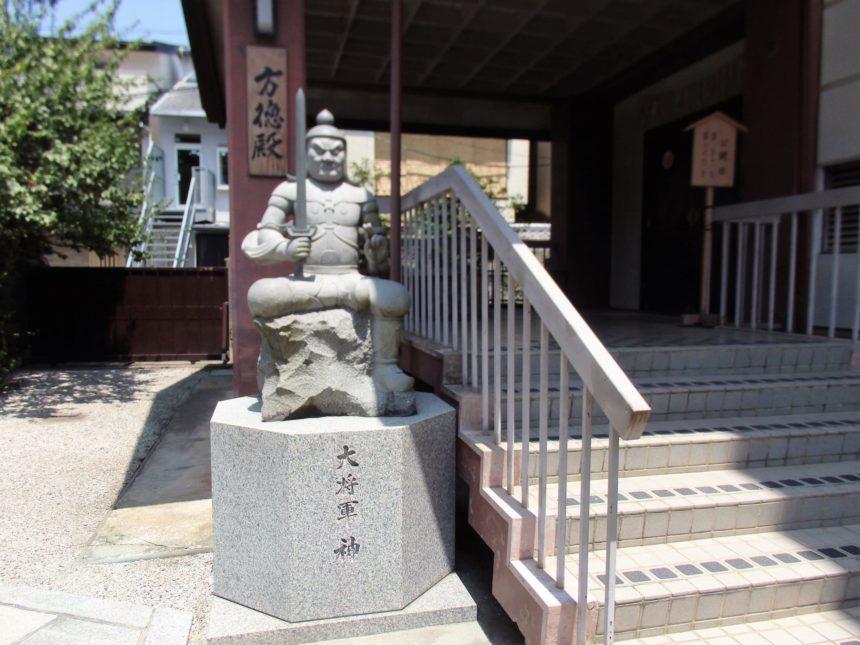大将軍の石像が鎮座する方徳殿