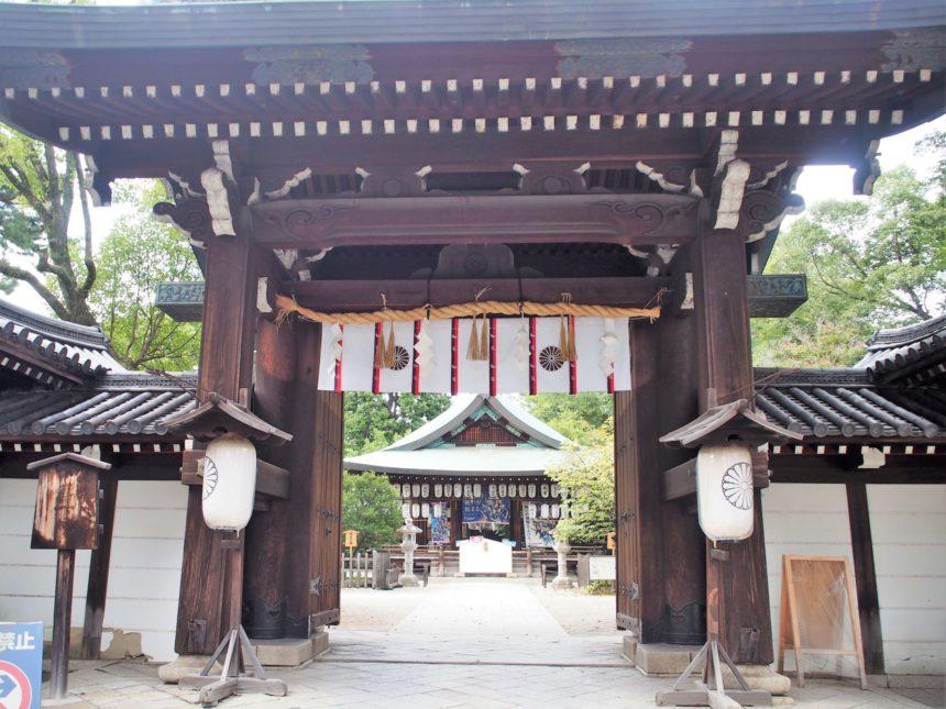 白峯神宮の入口