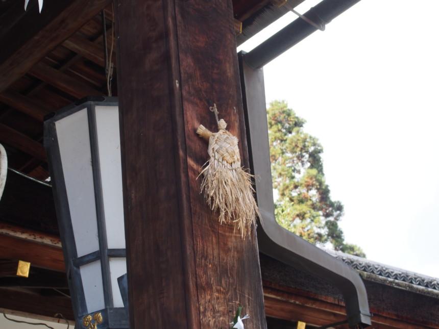 柱には藁でできた長寿の象徴の亀
