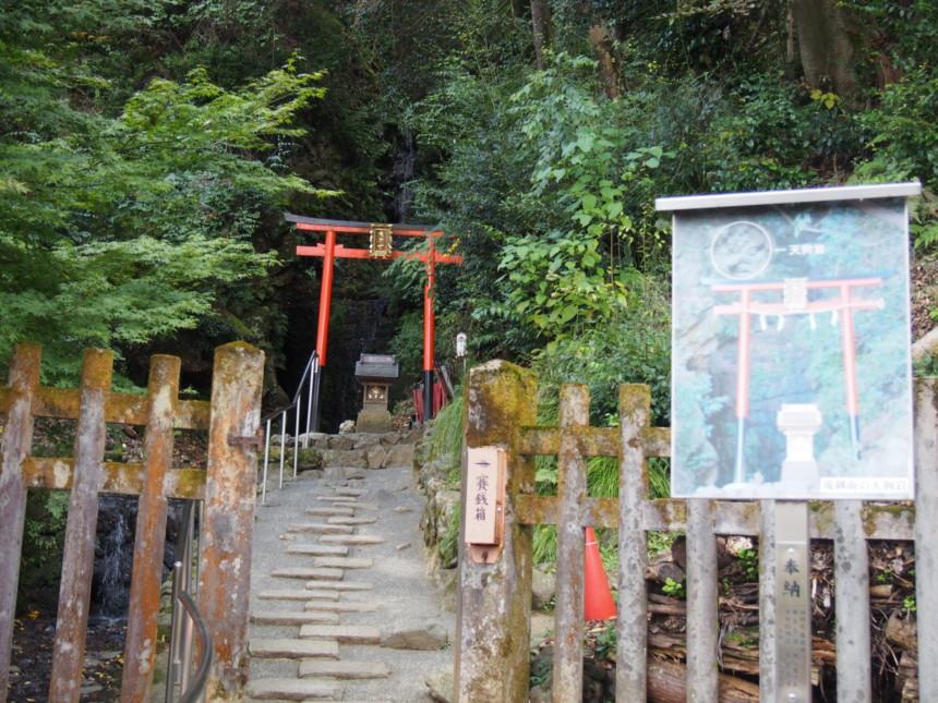 松尾大社の「霊亀の滝」つづく道