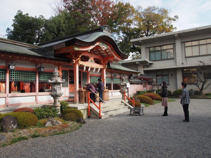 西院春日神社の拝殿