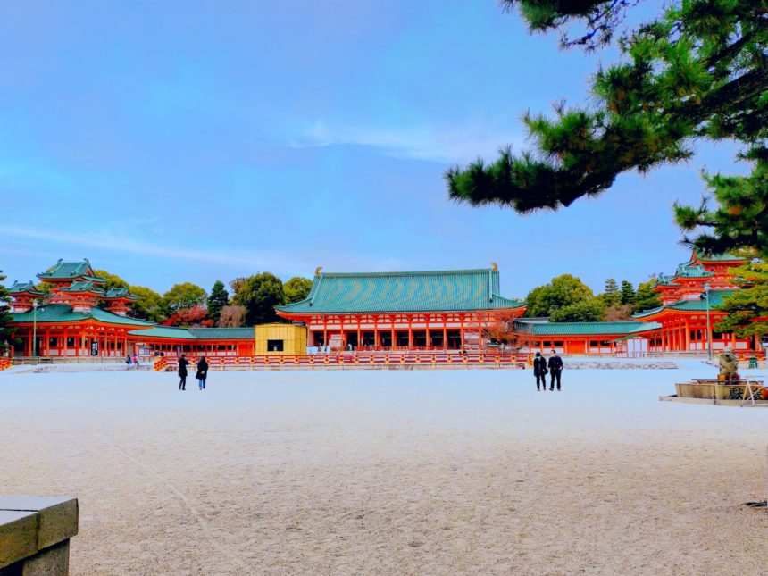青空に朱色の建物が映える平安神宮の境内