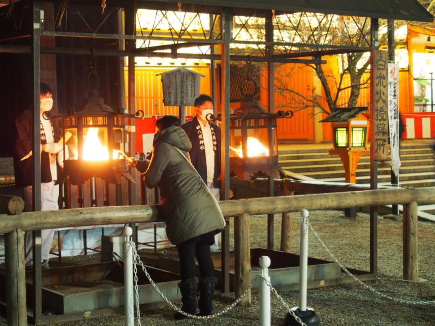 八坂神社の「をけら詣り」で「をけら火」をつける様子