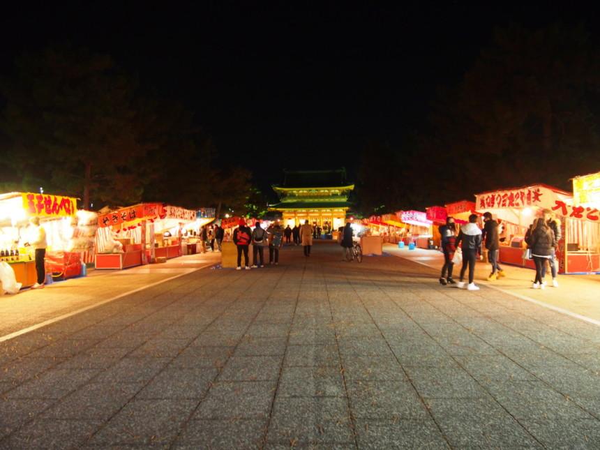 平安神宮参道には屋台が出ていました。
