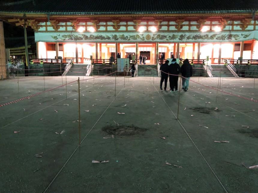 コロナ対策がされた平安神宮大極殿の前庭