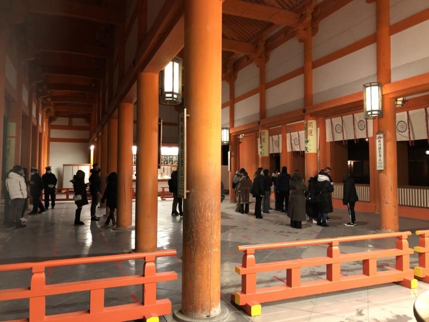 平安神宮の外拝殿前で年明けを待つ参拝者たち