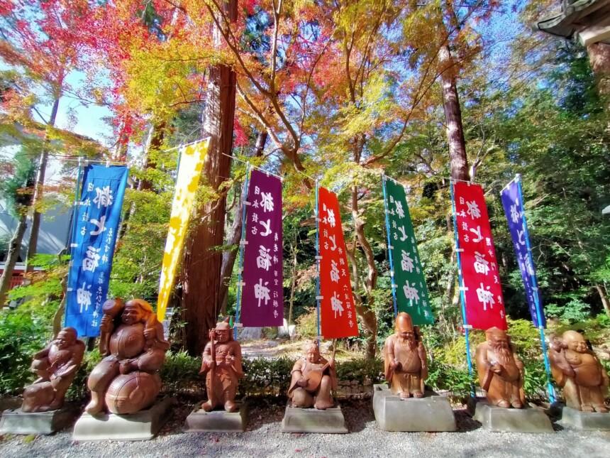 福禄寿殿の前に並んでいる七福神の像
