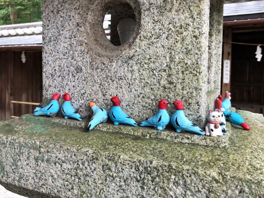 燈籠には奉納された神鳩