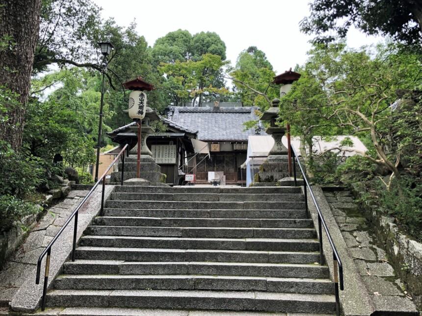 赤山禅院の石段を上がると正面に拝殿