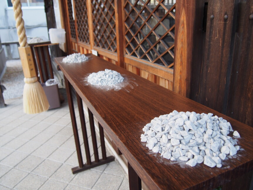 櫟谷七野神社の社前に積まれた白砂