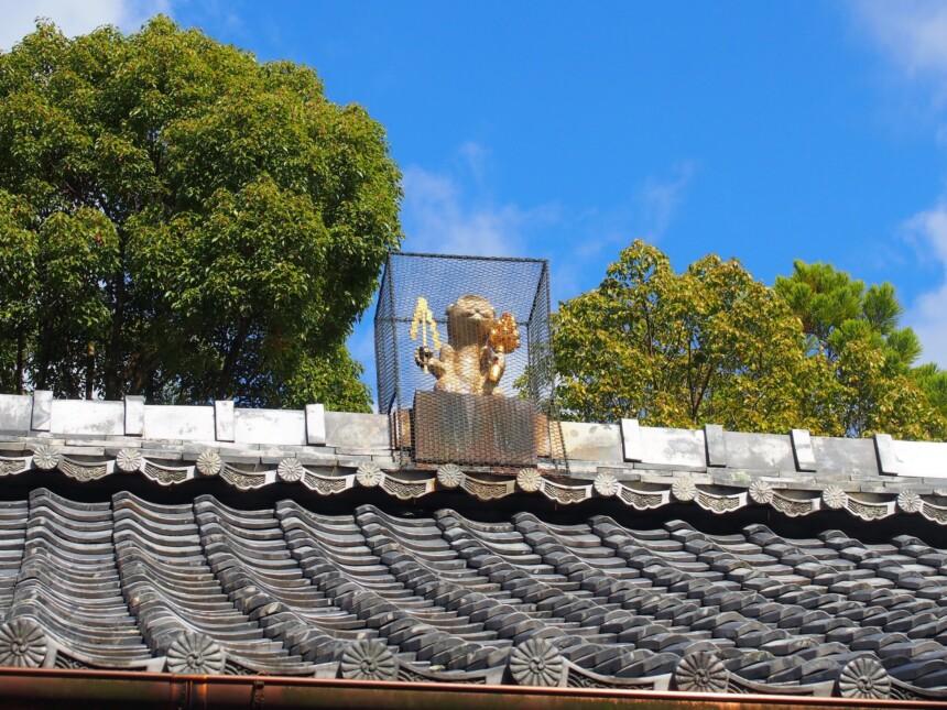 拝殿の屋根上には鬼門を守る神猿